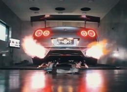 静静的欣赏日产GT-R喷6英尺长的火