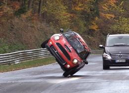 两只轮子发力的Mini Cooper在北环赛道上疾驰 —新的纽博格林赛道记录